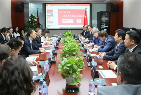 Discussões estratégicas com autoridades governamentais e tomadores de decisão